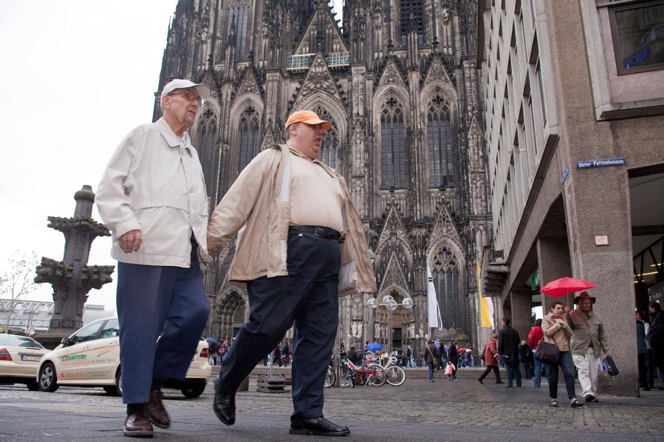 Laut einer Umfrage des Deutschen Tourismusverbandes (DTV) ist der Kölner Dom die beliebteste Sehenswürdigkeit in Deutschland. Jährlich besuchen ihn ca. 6 Millionen Menschen aus aller Welt. Die 7.000 Quadratmeter große Fläche rund um den Dom, die Domplatte, ist heftig umstritten und wird von nicht wenigen als Schandfleck und hässlichster Platz der Stadt bezeichnet. Dennoch wird hier täglich ein urbanes Theater von Touristen, Passanten und Bürgern aufgeführt.