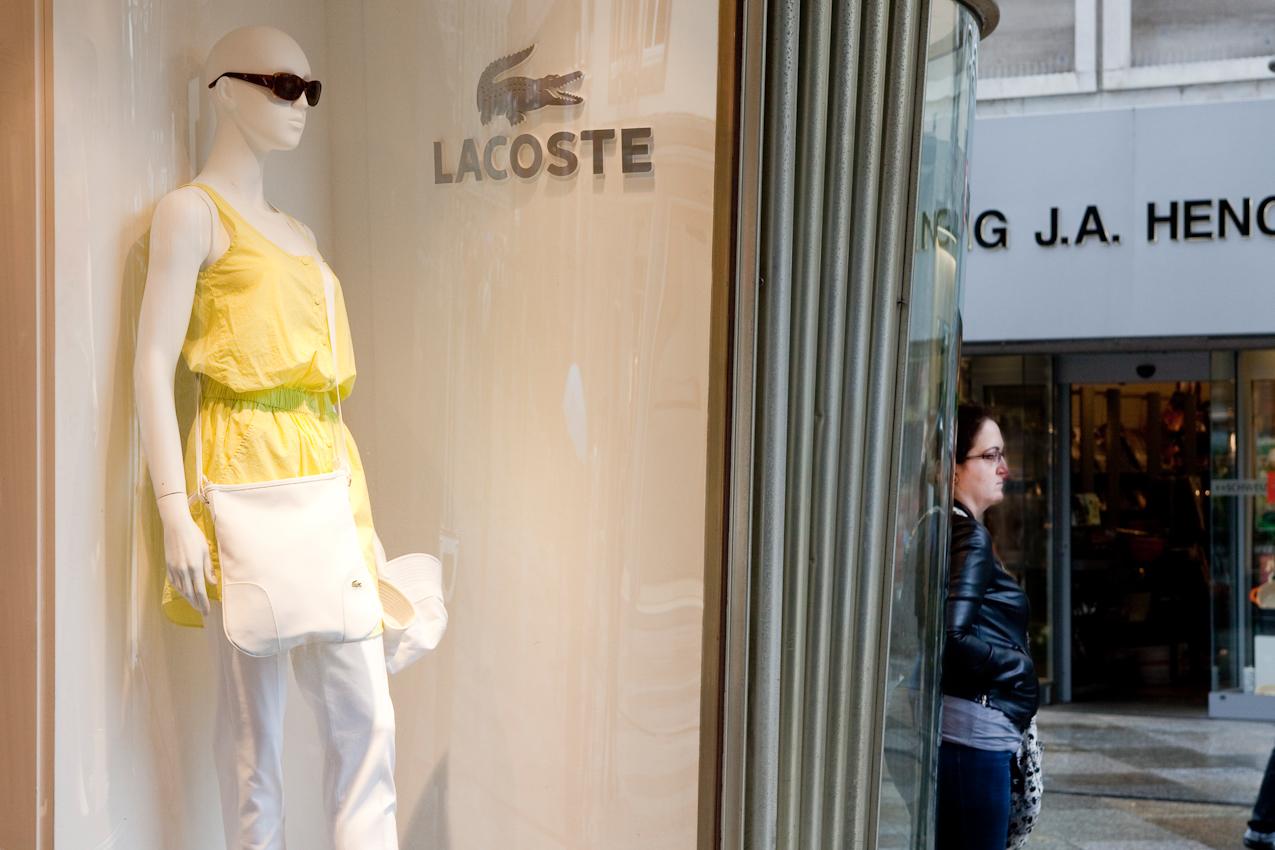 Schaufenster im Blau-Gold-Haus am Dom, eine junge Frau wartet an der Ecke.