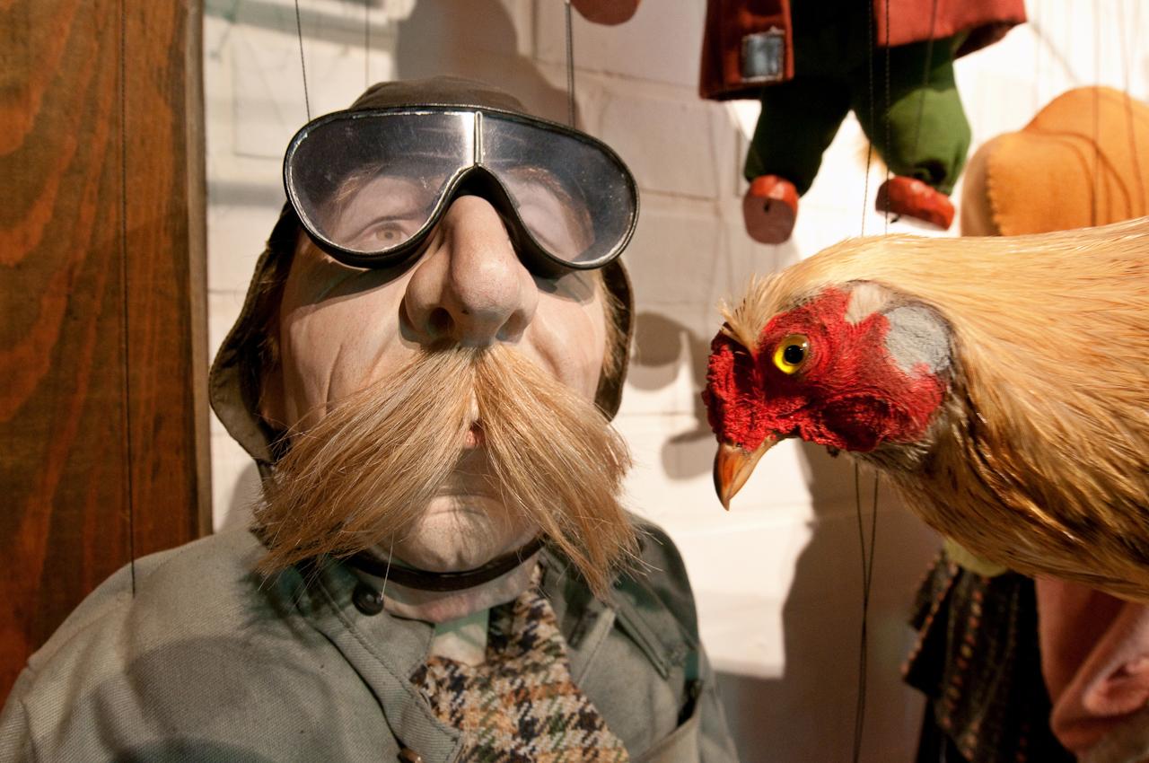 Berta besucht das Marionettentheater in Tießau. Sie schaut sich gerade die Marionette Quax der Bruchpilot an. Maison de la Marionette, Hitzacker, OT Tießau.