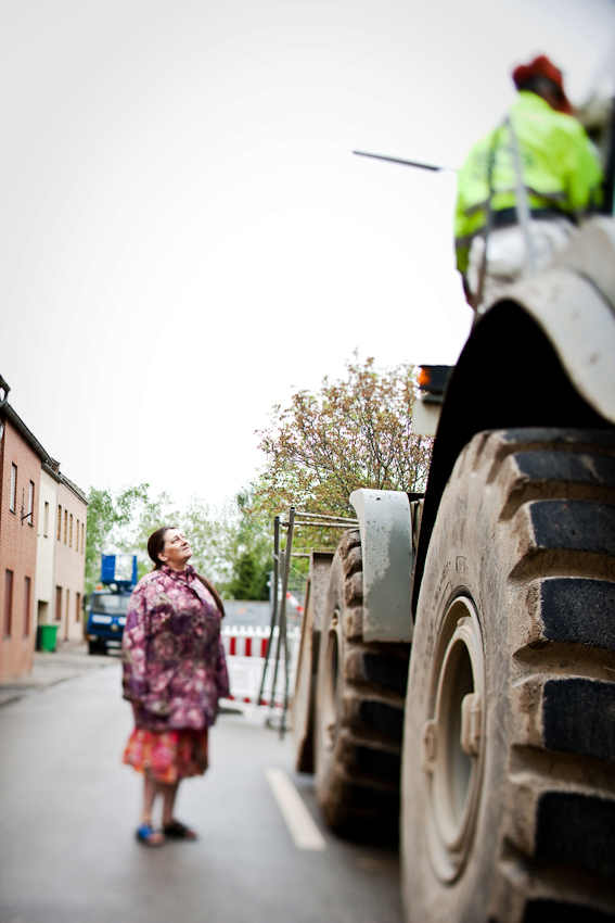 Die aus Otzenrath umgesiedelte Sozialhilfeempfängerin Angelika Neumann-Lindau sucht in den verlassenen Gebieten nach Wertgegenständen.