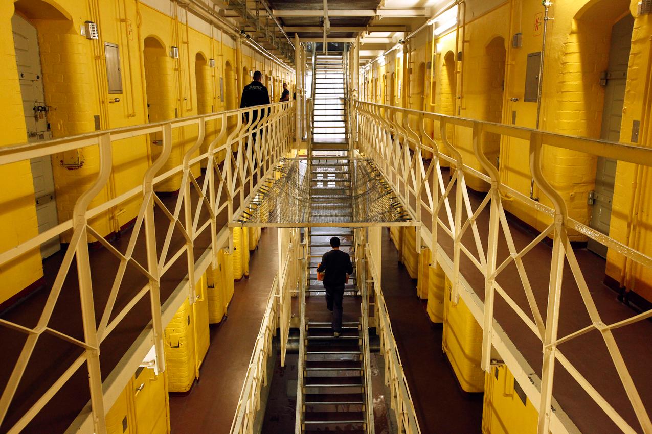 13:17 Uhr: Justizbeamter und Insassen im historischen Trakt der JVA Tegel. Die Justizvollzugsanstalt in Berlin-Tegel ist Deutschlands größtes Gefängnis und bietet Platz für mehr als 1500 ausschließlich männliche Häftlinge.