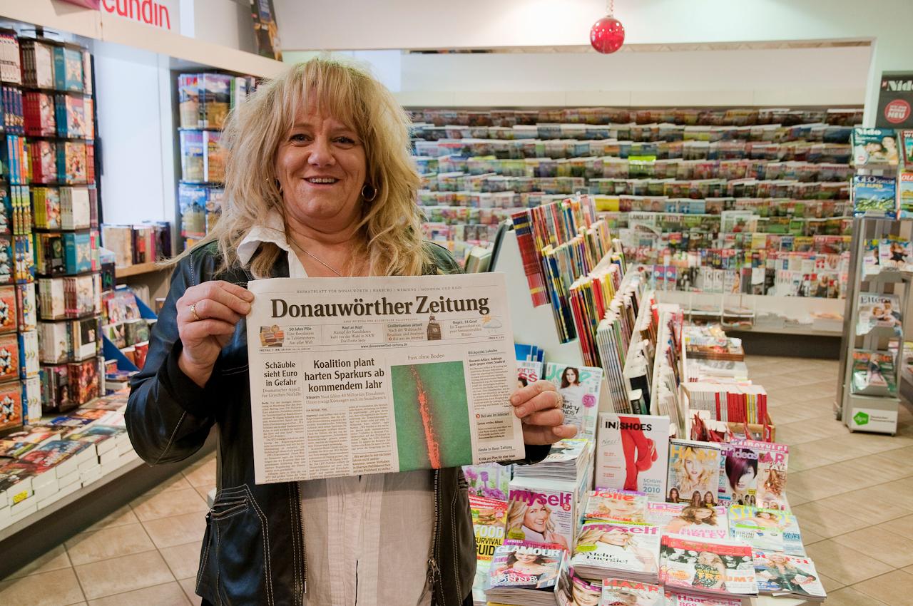 """Donauwörth, 16:28 Uhr: Stolz prasentiert Gisela Pfister für den """"Tag in Deutschland"""" in ihrer  Bahnhofsbuchhandlung die Donauwörther Zeitung vom 7. Mai 2010."""