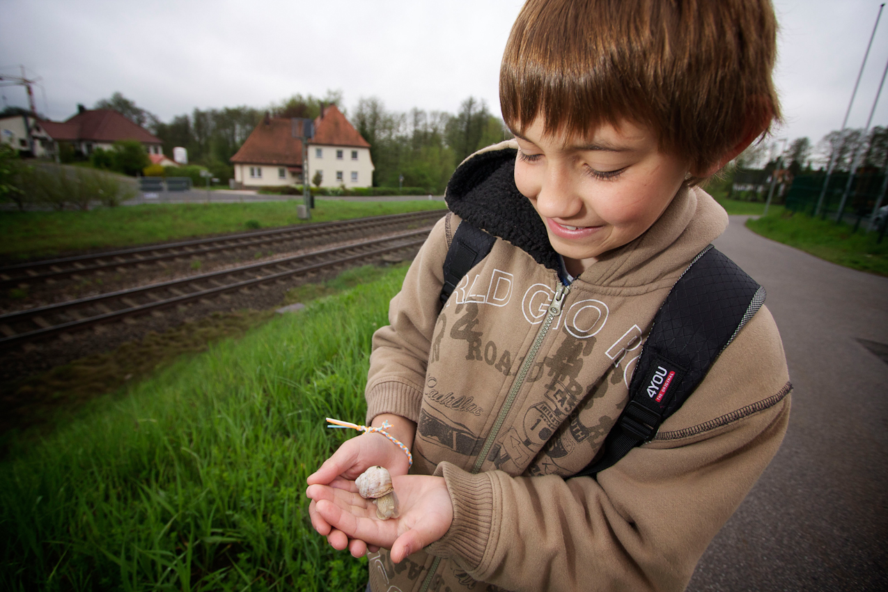 Eine der Freuden auf dem Schulweg ist das Sammeln von Schnecken. Schon im Kindergartenalter war das seine große Leidenschaft. Markus überquert auf dem Weg vom SOS-Kinderdorf in die Grundschule Immenreuth die Bahnlinie Bayreuth - Marktredwitz/Hof.