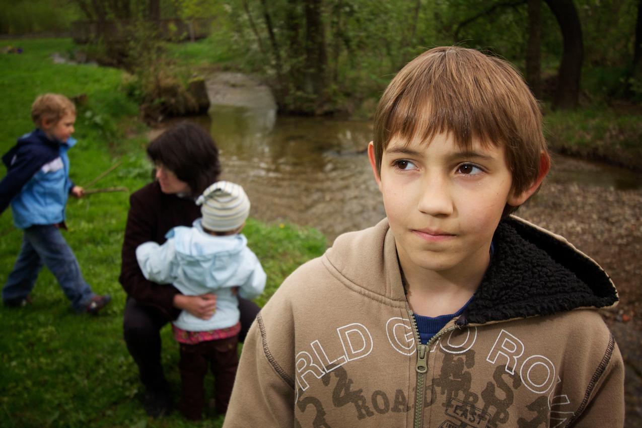 Der Flotzbach auf dem Gelände des SOS-Kinderdorfes Oberpfalz ist der beliebteste Spielplatz aller Kinder. Simon, Kinderdorfmutter Ruth Kumeth, Sofie und Markus verbringen oft Stunden an diesem naturbelassenen Bach. Vor kurzem konnte Markus eine Forelle im Flotzbach fangen. Nachdem die ganze Familie seinen Fang bestaunt hat, wurde die Forelle von Markus wieder ausgesetzt.