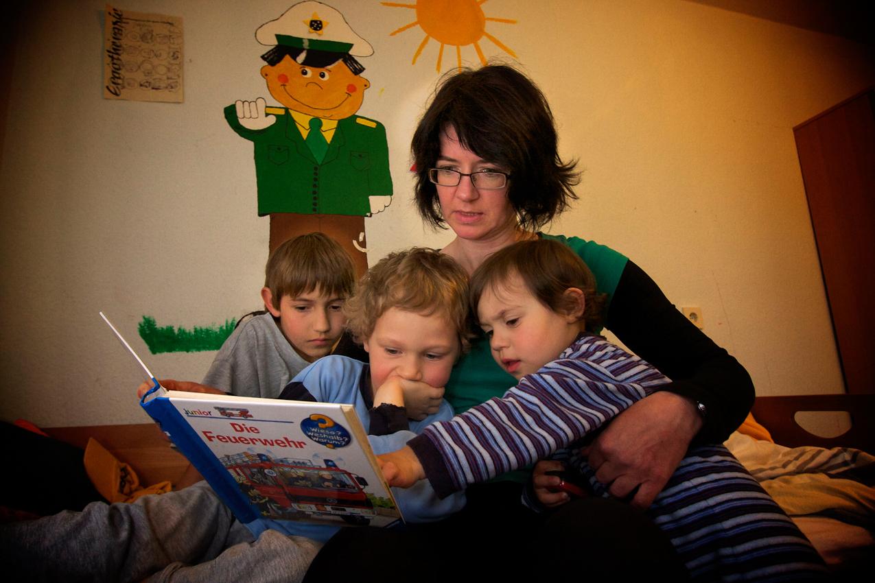 Wie in vielen Familien ist das Vorlesen auch bei Ruth Kumeth im SOS-Kinderdorf fester Bestandteil der letzten Minuten vor dem Zubettgehen. Markus, Simon und Sofie genießen die Nähe.