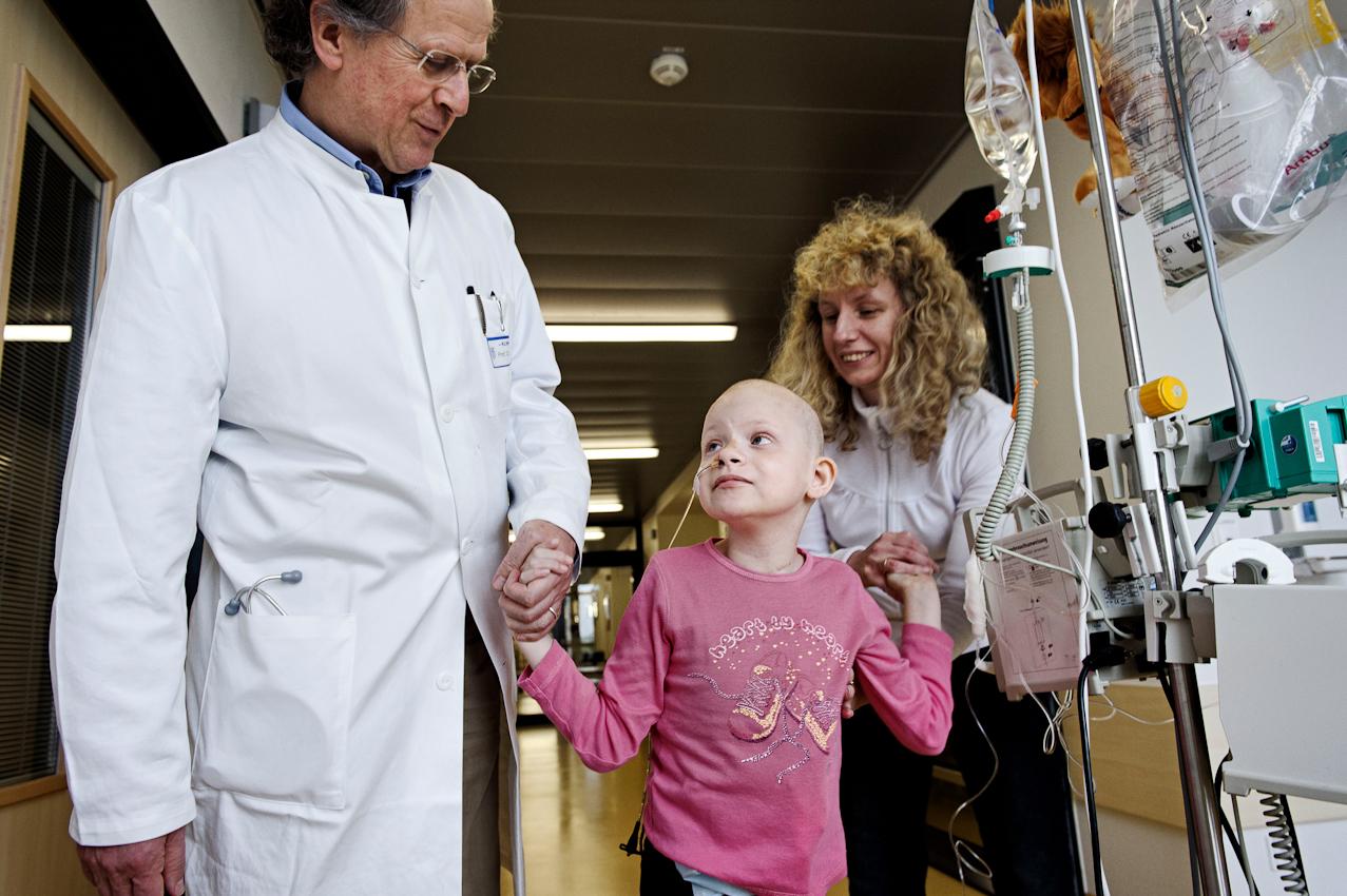 Der Leiter der Klinik, Prof. Dr. med. A. Reiter, zusammen mit Nicole und ihrer Mutter, während einer Chemotherapie.