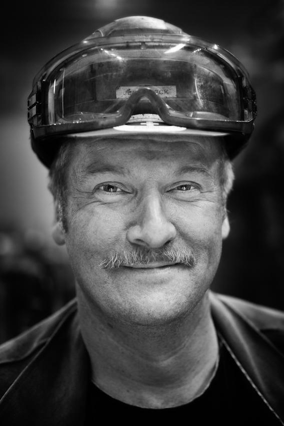 Jens Kueck ist Schweißer bei der Cuxhaven Steel Construction GmbH, wo die stählernen Stützkreuze für Offshore-Windkraftanlagen hergestellt werden. Später tragen die Stützkreuze die riesigen Windräder in der Nordsee.
