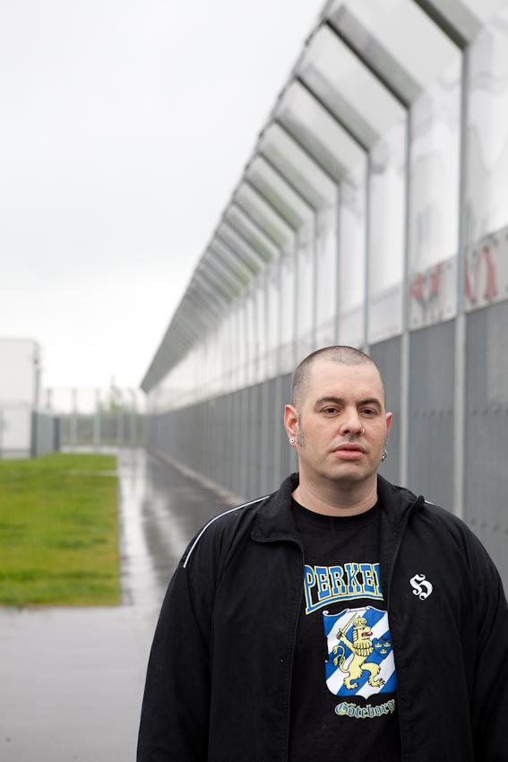 Die Aufnahme zeigt Christian M. am Zaun der Klinik.