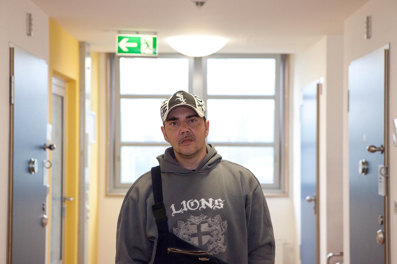 Die Aufnahme zeigt Giorgio W. 37 Jahre auf der Station. Giorgio ist zuversichtlich, nach dem Aufenthalt im Maßregelvollzug ein normales Leben führen zu können.