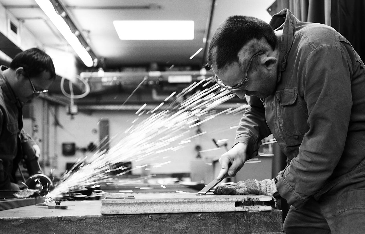 Der 28-jährige Markus Grözinger arbeitet tagsüber in der Metallwerkstatt.