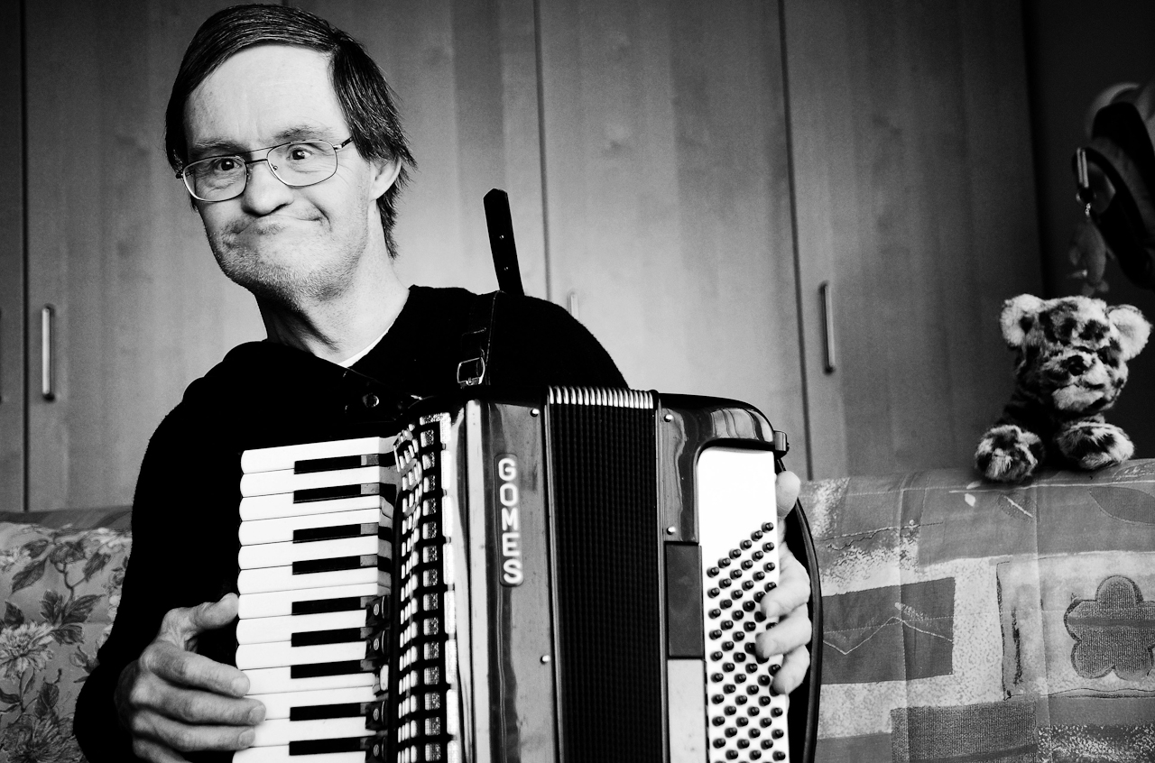 Peer Eidner bezeichnet sich selbst als Poet und Musiker. Auf dem Foto sieht man ihn Akkordeon spielen.
