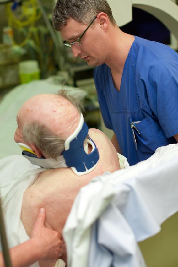 Pfleger Evgeny versorgt einen 94-jährigen Patienten, der auf der Straße gestürzt ist und sich dabei die Schulter gebrochen hat. Rudolf-Virchow-Klinikum, Berlin-Wedding.