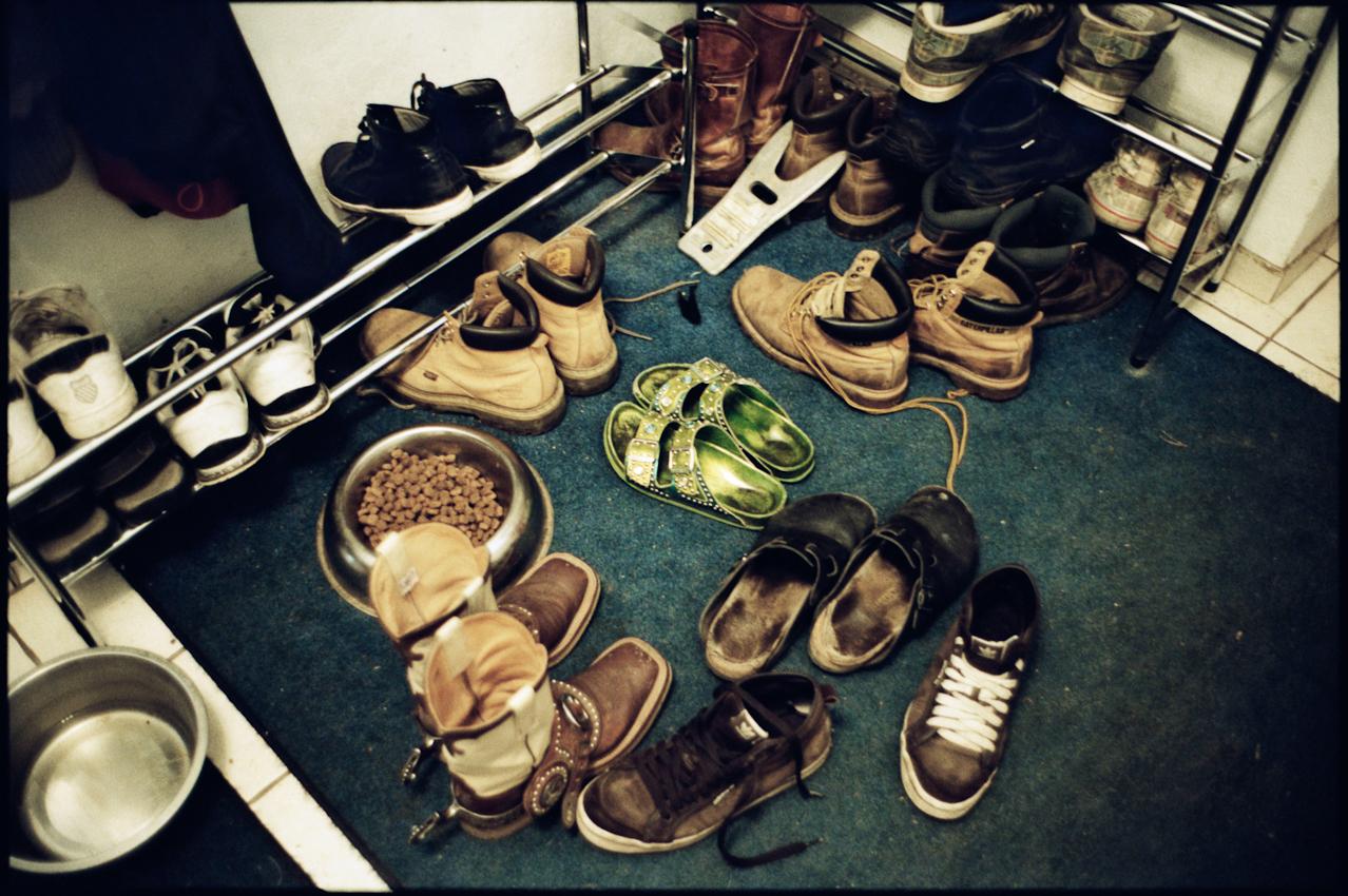 14.40 Uhr: Die Schuhe von Familie Inndorf stehen im Eingangsbereich des Wohnhauses.