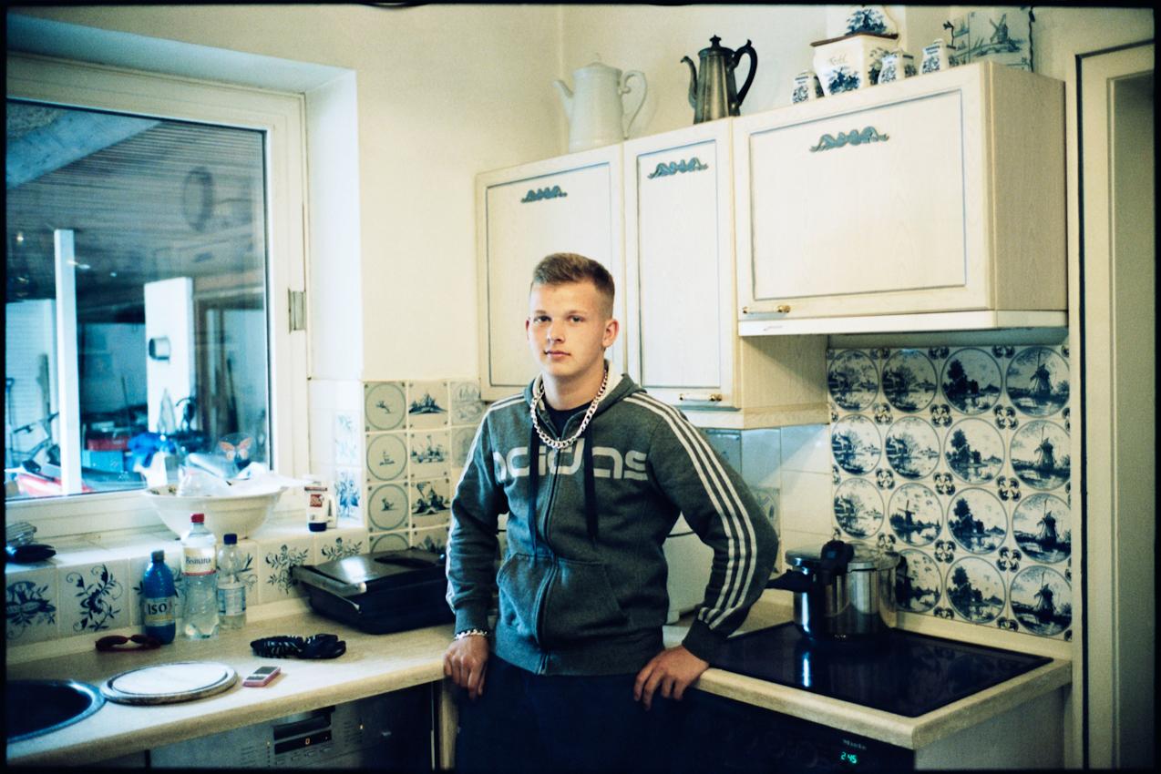 14.45 Uhr: Sohn Max Inndorf (15 Jahre, Schüler und Motorcross-Fahrer) steht nach der Schule in der Küche des Wohnhauses Inndorf.