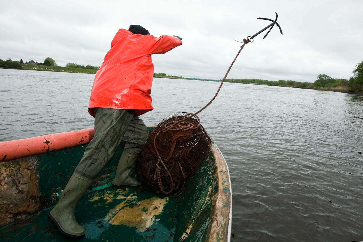 Roman Mielewczyk wirft den Anker für eine Reusenkette aus.