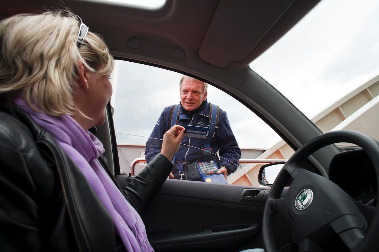 Kassierer Martin Steiner prüft die Dauerkarte einer Berufspendlerin.