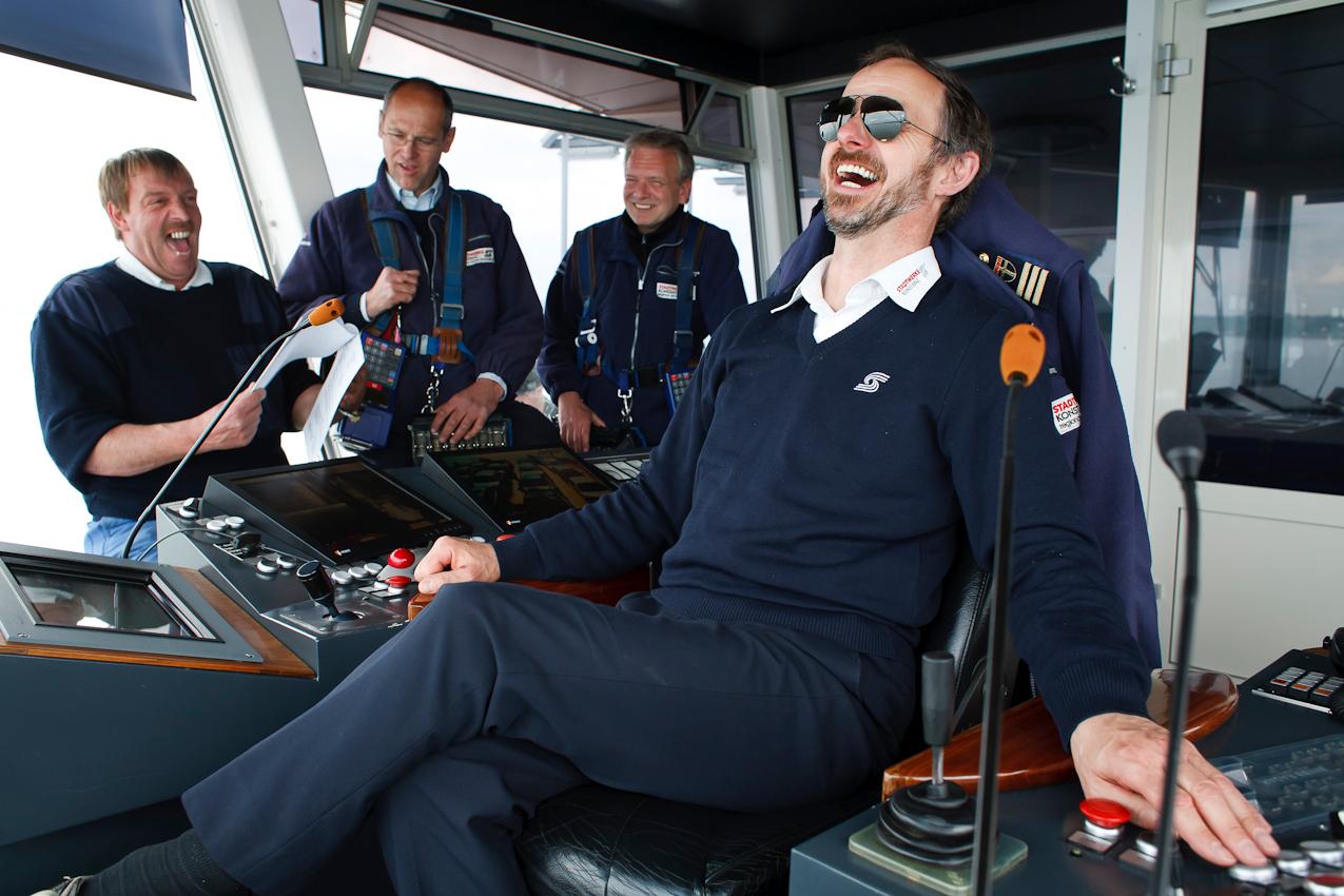 Die Stammbesatzung einer Bodenseefähre besteht aus dem Schiffsführer, einem Maschinisten und einem Kassierer. Zu Stoßzeiten kommt ein zweiter Kassierer an Bord. Das Team versammelt sich hier auf der Brücke, weil Kapitän Martin Kreissler (vorne) eine neue Dienstanweisung bekanntgeben muss.
