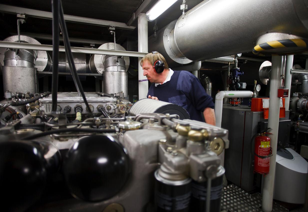 Maschinist Adrian Stöhr auf Kontrollgang im Maschinenraum der Tabor. Die vier Dieselmotoren der Fähre, je 800 PS stark, treiben die Generatoren für den diesel-elektrischen Antrieb an und machen einen Höllenlarm.