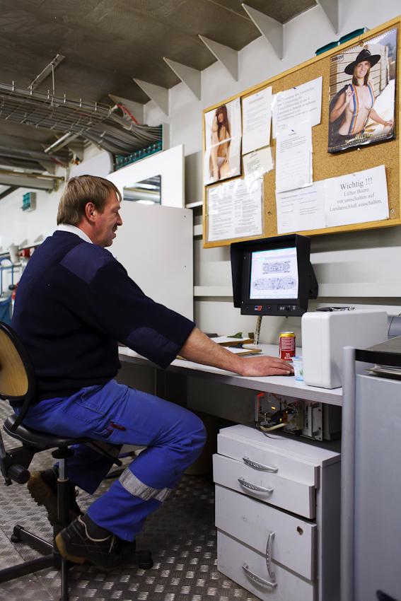 Maschinist Adrian Stöhr auf Kontrollgang im Maschinenraum der Tabor. Am Bildschirm kann Stöhr die gesamten technischen Abläufe, wie beispielsweise Antrieb, Lüftung und Stromversorgung überwachen.