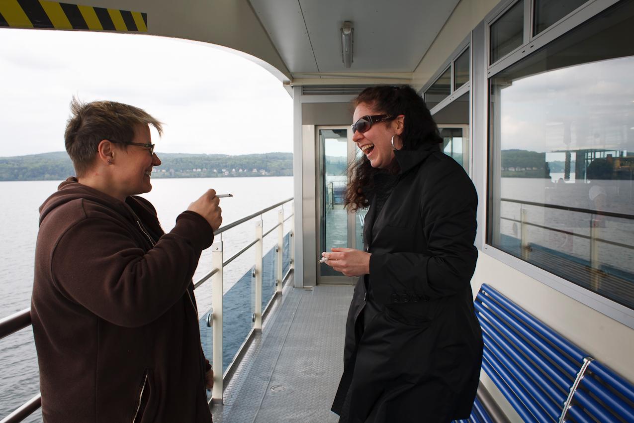 """4,3 Millionen Passagiere benutzen die """"schwimmende Brücke"""" auf dem Weg zur Arbeit oder in den Urlaub, wie die beiden Frauen auf dem Weg in ein Feriencamp am Bodensee.  CREDIT: Rolf Schultes. J.S.-Bach-Str.10-1, D-88339 Bad Waldsee.phone+49-7524-913489.mail:r.schultes@drumlin.de.Bank:Voba Altshausen,BLZ65092200,KTO_55863000. Jegliche Verwendung ist honorar- und Urhebernachweispflichtig nach ?13 Urhg. Honorar nach MFM+7%Mwst.NO MODEL RELEASE. Verwendung ausserhalb journalistischer Berichterstattung erfordert meine schriftliche Zustimmung. Es gelten ausschlie?lich meine AGB."""
