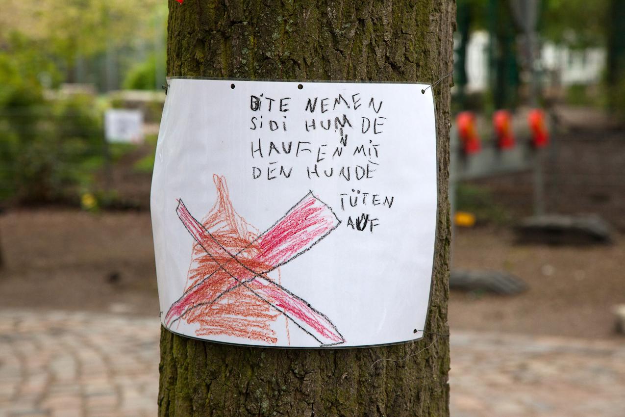 """16:43 Uhr: Kampf dem Hundekot. SchülerInnen der Grundschule """"Bei der Osterkirche"""" in Hamburg-Ottensen haben Plakate gegen die Verschmutzung der Nachbarschaft durch Hundekot aufgehängt."""