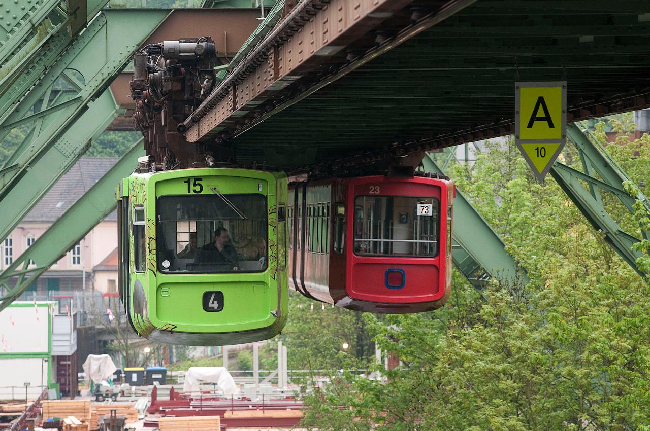 Zug Nr. 15 und Zug Nr. 23 treffen sich an der Baustelle Stütze 100 in Wuppertal Sonnborn.