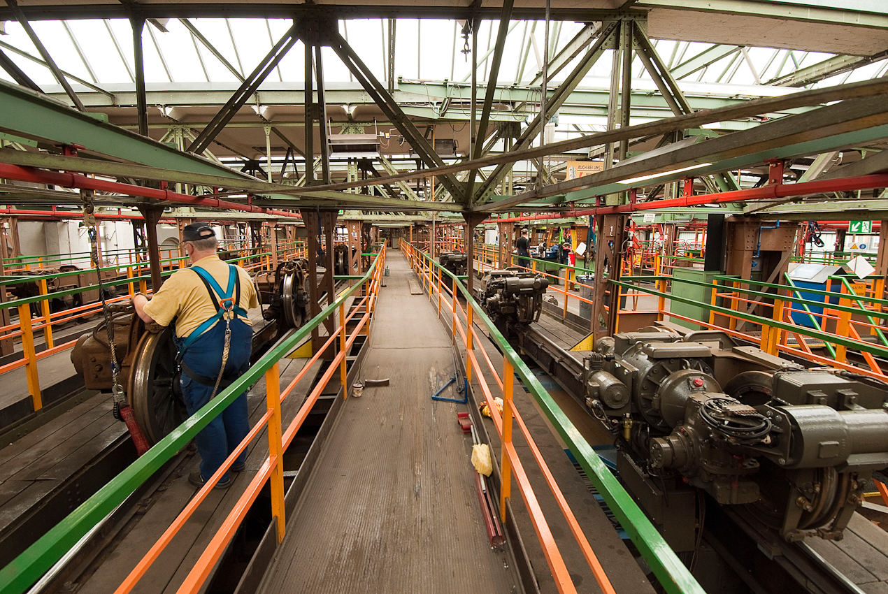 Blick in die dritte Ebene der Fahrzeugwerkstatt der Wuppertaler Schwebebahn. Hier werden die Motoren, Räder und Bremsanlagen überwacht und repariert.