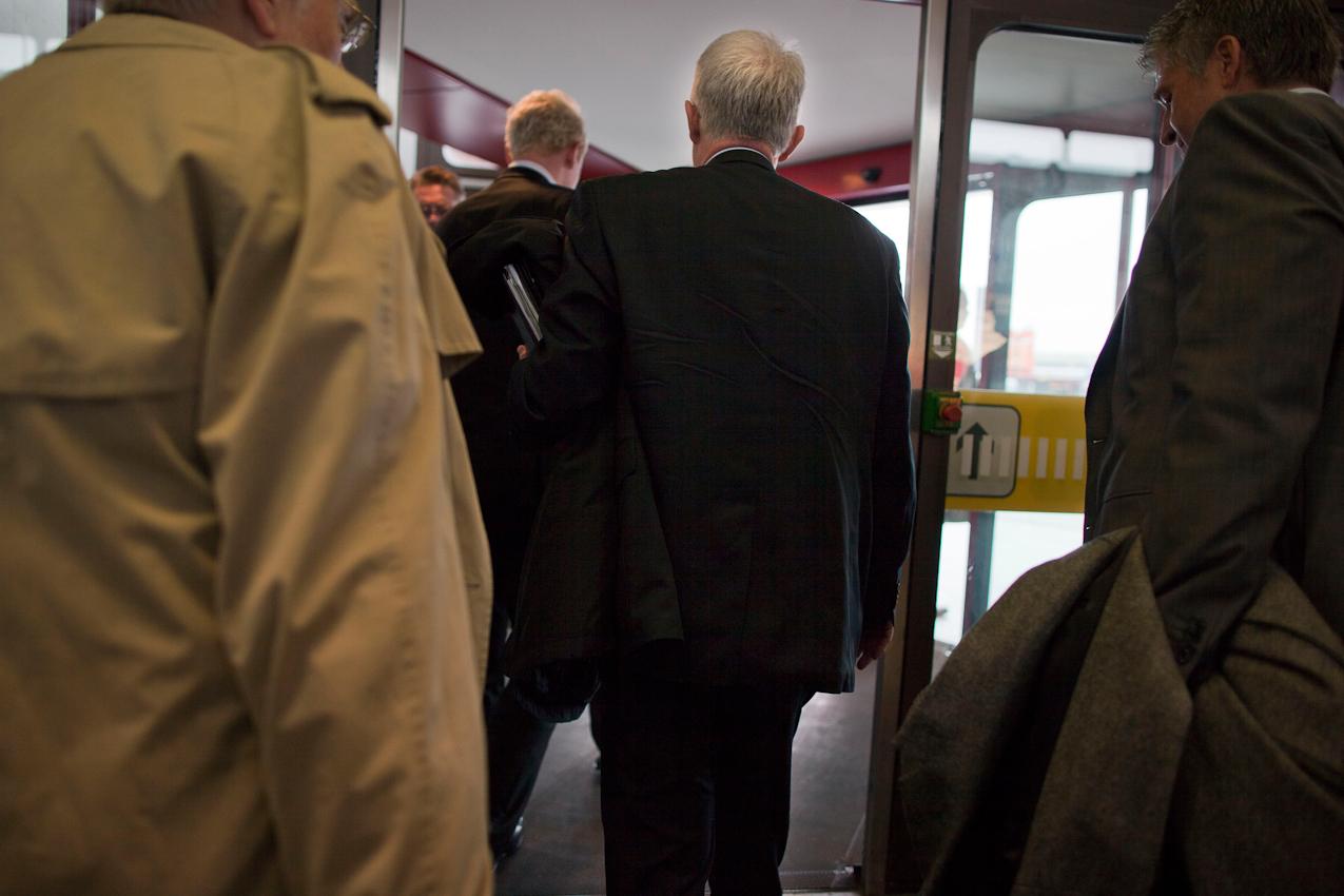 In Berlin-Tegel verlaesst der nordrhein-westfaelische Ministerpraesident Juergen Ruettgers, in Begleitung von Regierungssprecher Hans-Dieter-Wichter (links) und Personenschuetzern die Ankunftshalle des Flughafens, um zum Bundesrat zu fahren.