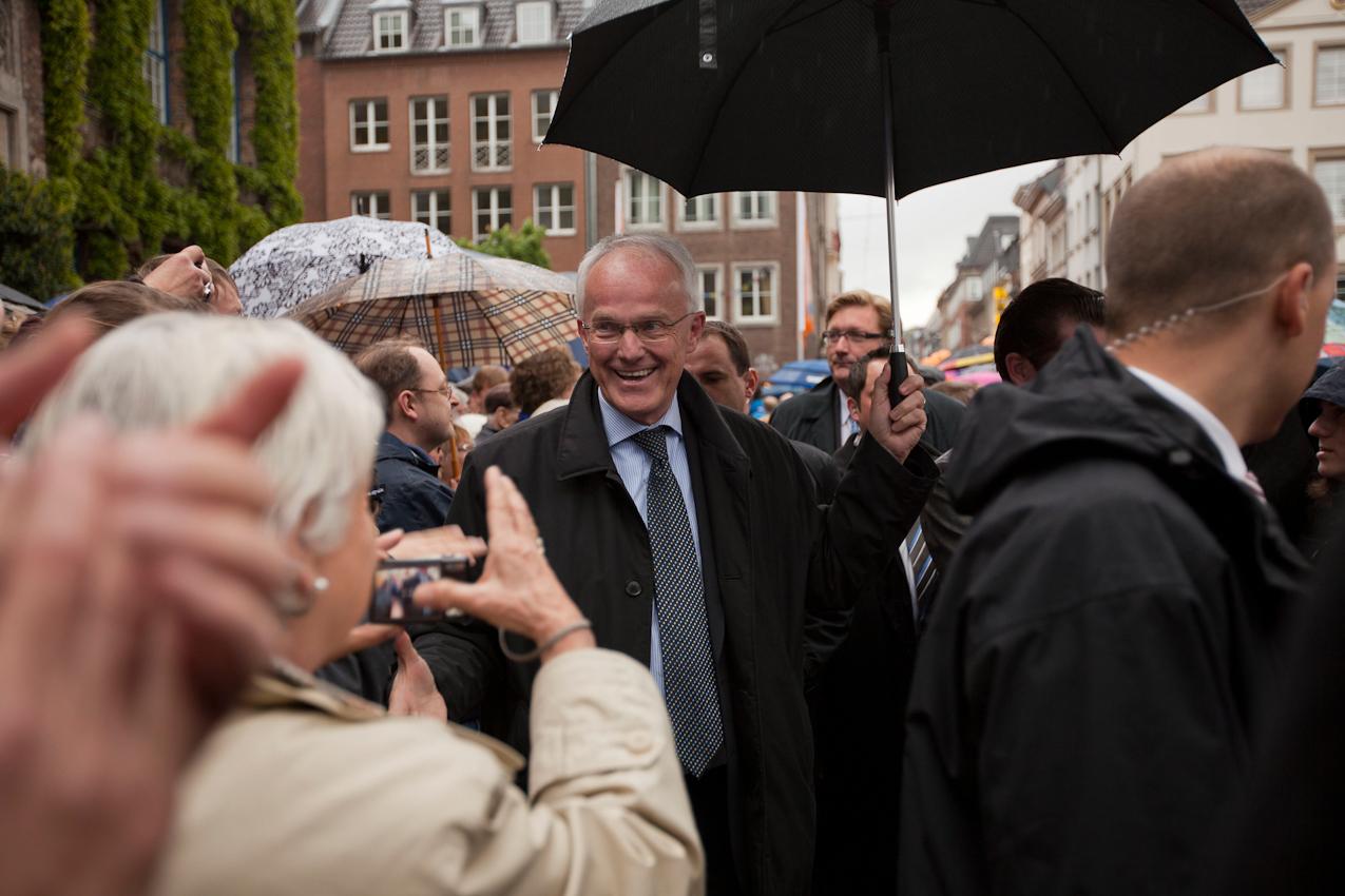 Am Nachmittag bahnt sich der Spitzenkandidat der CDU-NRW, Ministerpraesident Juergen Ruettgers, in Duesseldorf seinen Weg zur Wahlkampfbuehne.