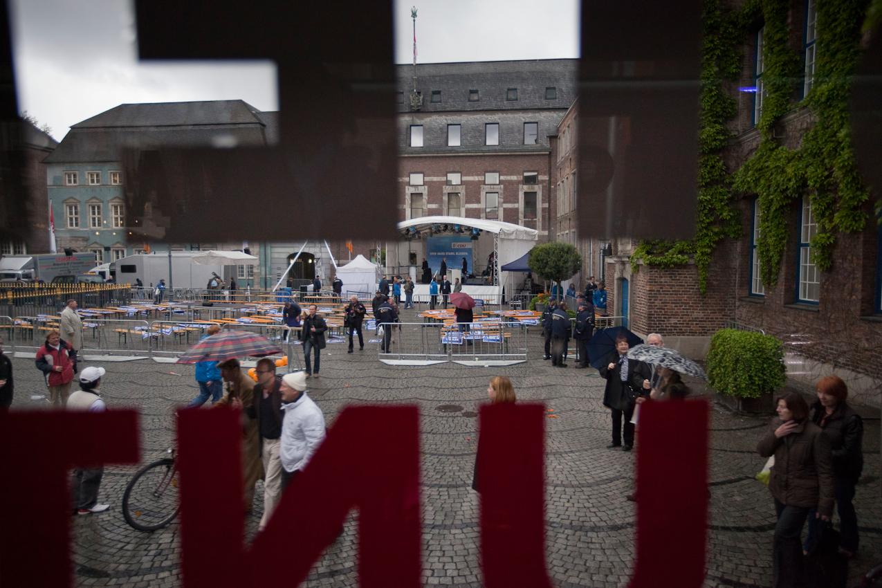 Ein Blick aus dem Wahlkampfbus des CDU-Spitzenkandidaten Juergen Ruettgers fuer die NRW-Landtagswahl auf den Marktplatz, kurz nach Ende der Wahlkampfveranstaltung gegen 16 Uhr 30.