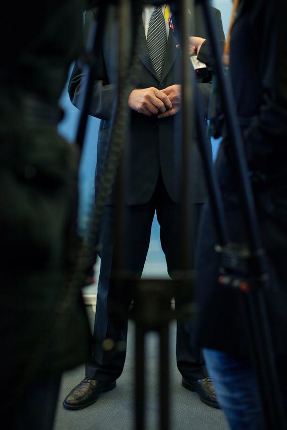 In einem Saal des Rathauses gibt Ministerpraesident Juergen Ruettgers nach seinem Wahlkampfauftritt in Duesseldorf noch verschiedenen Fernsehsendern Interviews.
