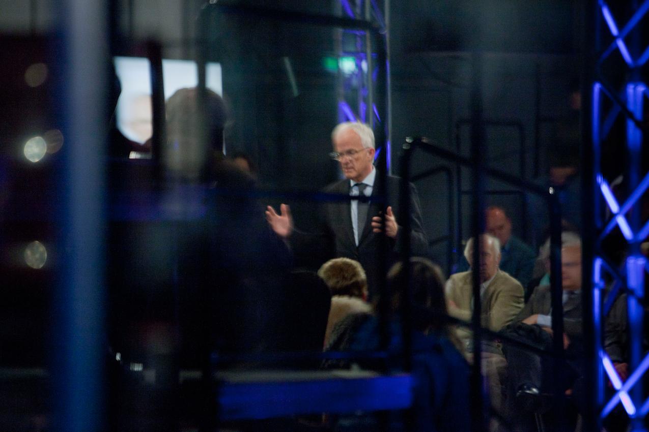 In Bad Muenstereifel stellt sich Ministerpraesident Juergen Ruettgers, CDU-Spitzenkandidat im nordrhein-westfaelischen Landtagswahlkampf, im Rahmen seiner Zuhoer-Tour, am Abend den ungefilterten Fragen des Publikums.