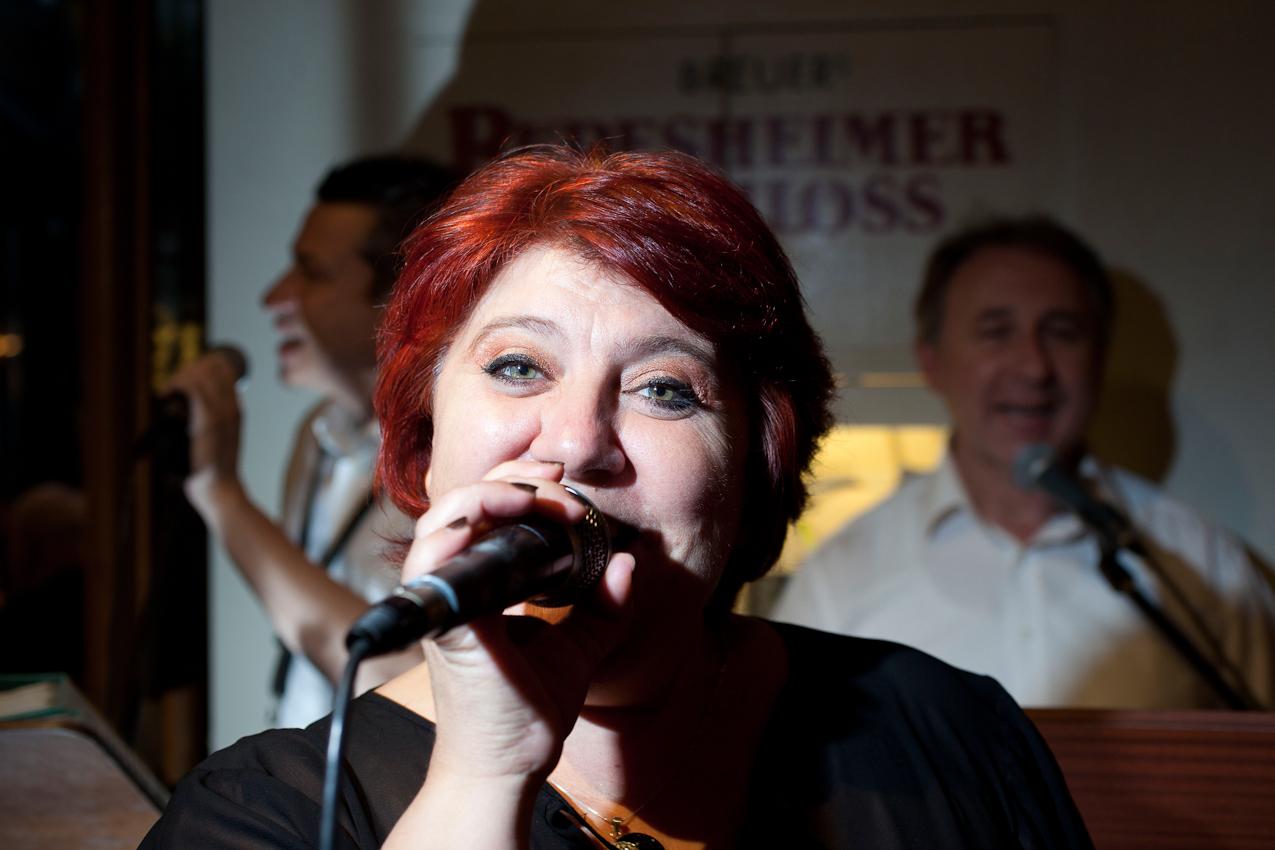 """Sängerin im """"Rüdesheimer Schloss""""."""
