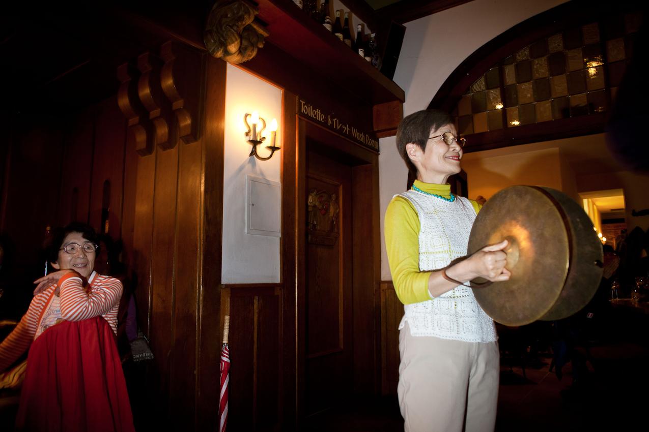 """Japanische Touristen im """"Rüdesheimer Schloss""""."""