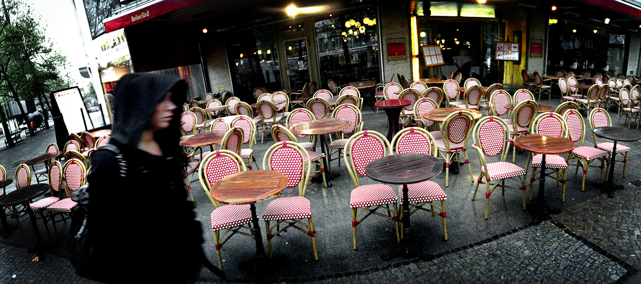 Ein normalerweise stark frequentiertes Cafe auf dem Ku'damm in Berlin in den frühen Morgenstunden