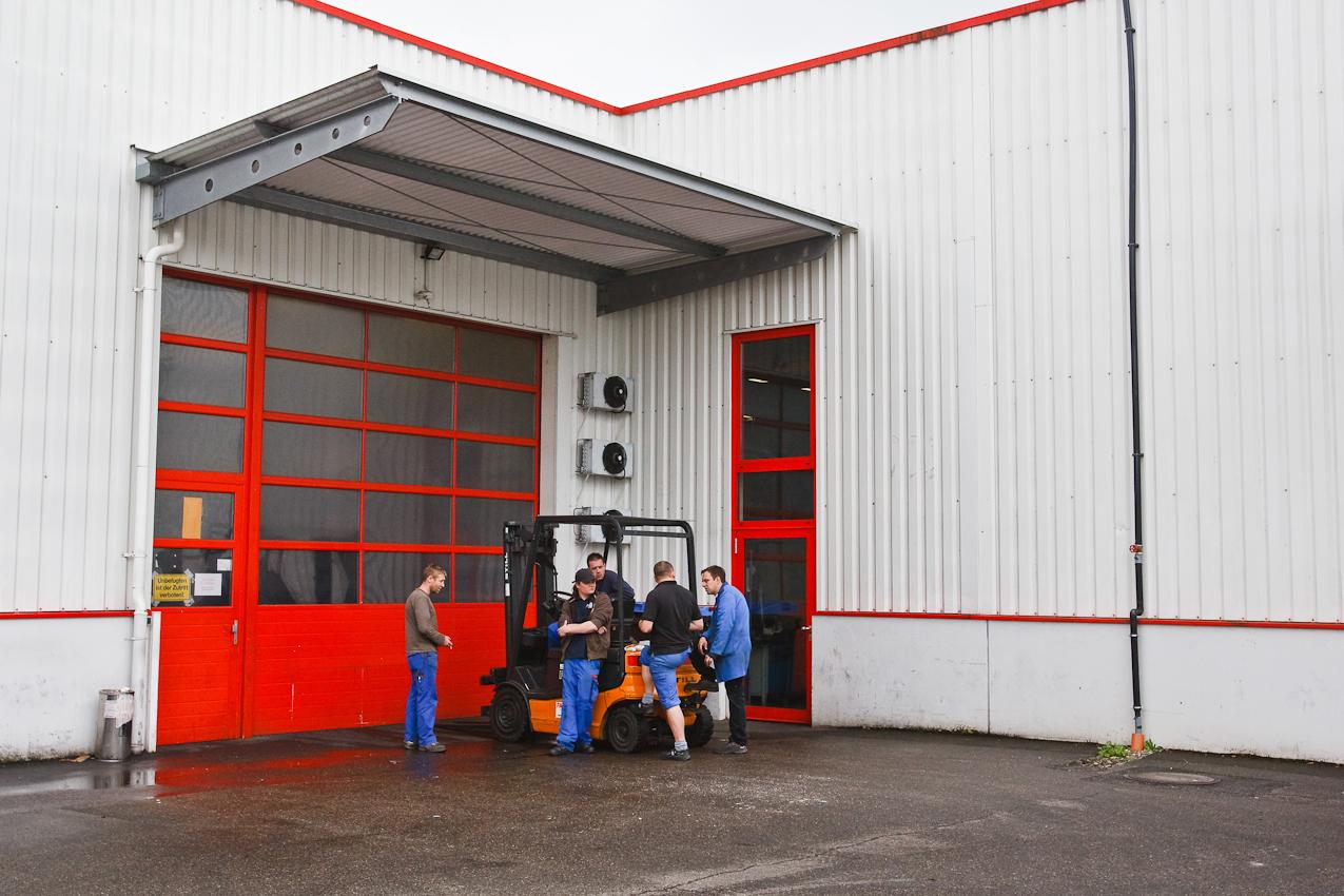 Markus Spahr, Manuel Schwald, Thomas Gerteisen, Frank Bachmann und Dennis Grathwol während Ihrer Mittagspause am 7. Mai 2010 um 12.07 im Hof der Firma Color Metal in Heitersheim (Markgräflerland).