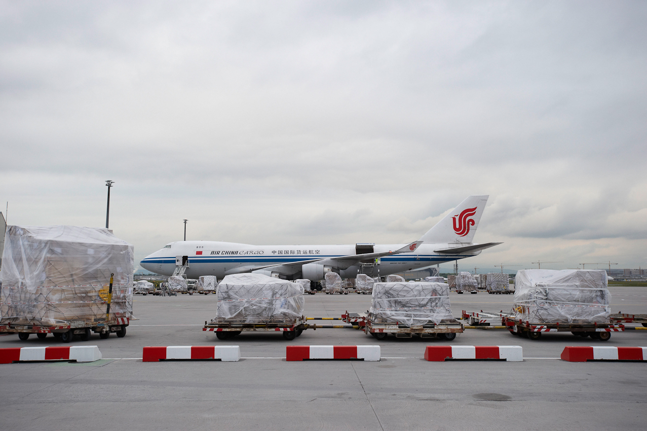 Im Bereich der Cargo City Süd wird eine Maschine der Air China Cargo inmitten von Frachtpaletten beladen. Mit über 2,1 Millionen Tonnen Fracht pro Jahr ist der Cargo-Standort Frankfurt führend in Europa.