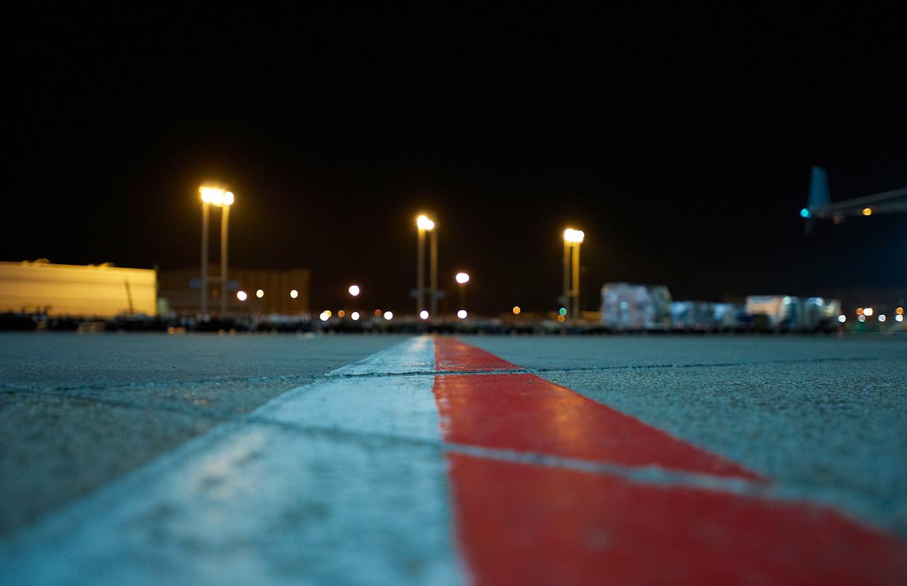 Die rote Linie trennt das Vorfeld vom Rollfeld und regelt so den reibungslosen Verkehr von Flugzeugen und Bodenfahrzeugen.