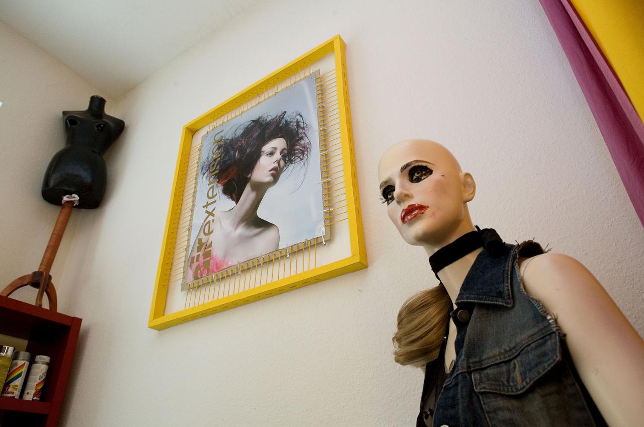 Schneiderpuppe, gerahmtes Bild und Schaufensterpuppe: Dekoration im Friseurgeschäft von Ciro Boschetto.