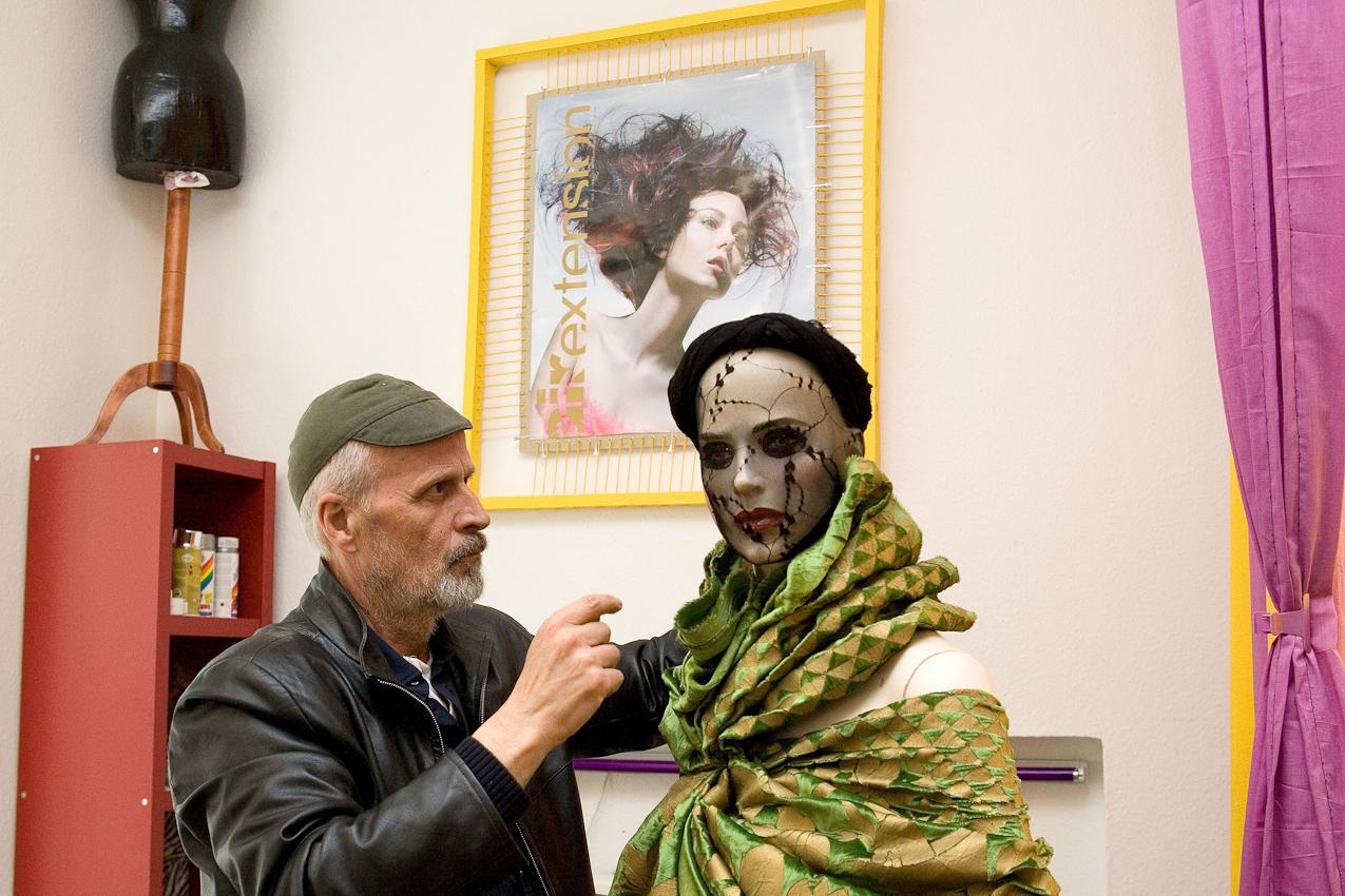 Der Friseur Ciro Boschetto dekoriert eine Puppe in seinem Geschäft.