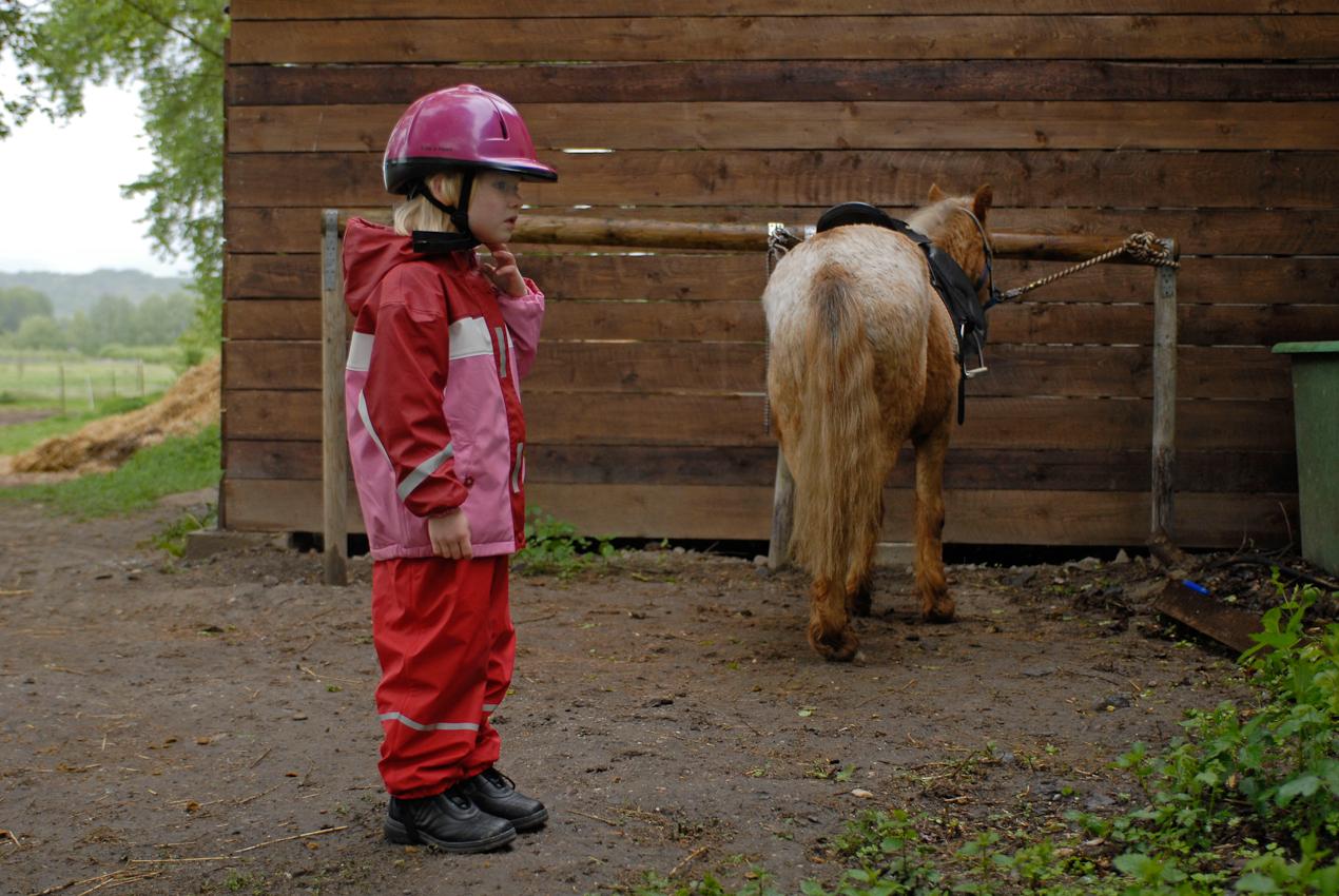 Pony Karlchen ist bereit und Anna Braune wartet, dass man ihr endlich in den Sattel hilft.