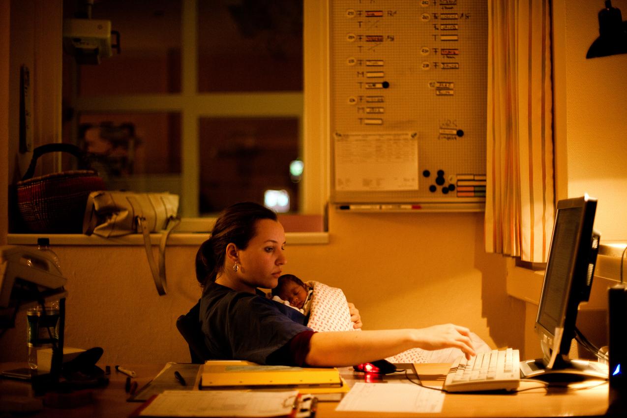 Es ist 5.09 Uhr. Die Hebamme Kathrin Völker bereitet auf der Station 2 in der Frauenklinik des Elims in Hamburg die Übergabe für den Frühdienst vor. Auf dem Arm hat sie einen ca. 24 Stunden alten Säugling, den sie beruhigt.