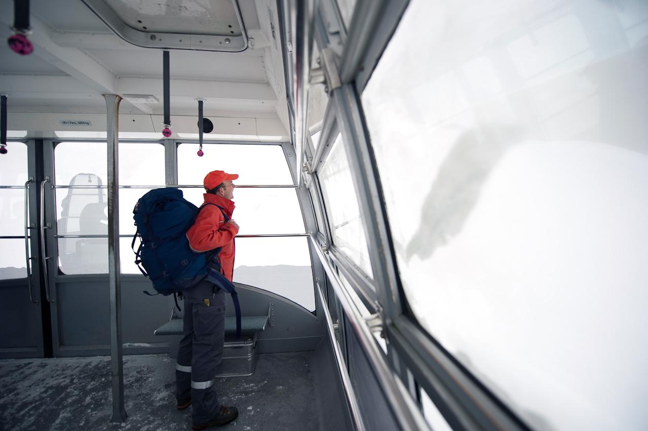 In der Gondel zum Gipfelhaus geht er nochmal die einzelnen Schritte seiner Arbeit durch. Jetzt wo er nur noch selten hoch darf, muss alles halten bis zum nächsten Mal.