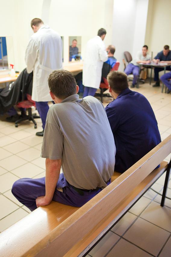 Gefangene warten beim Friseur.