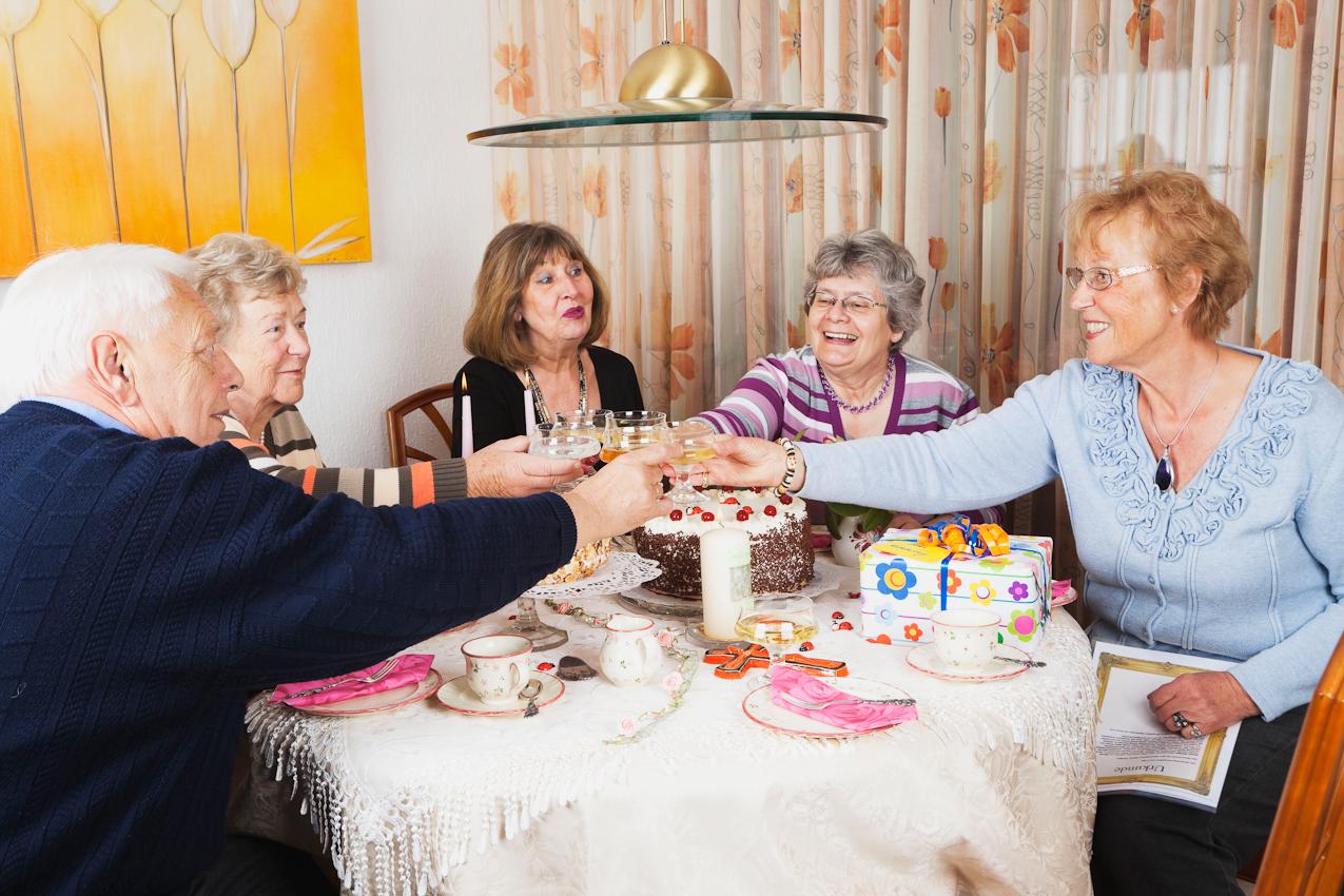 Die Freunde gratulieren Gisela Wojciech (ganz rechts) zum Namenstag und prosten ihr mit gekühltem Sekt und Sprudelwasser zu. Auf der Kaffeetafel warten eine Schwarzwälderkirschtorte und eine Zugertorte auf den Anschnitt. Die Gäste von links: Otto Derscheid, Margret Derscheid, Ulla Bosking, Inge Wagner, Gisela Wojciech.