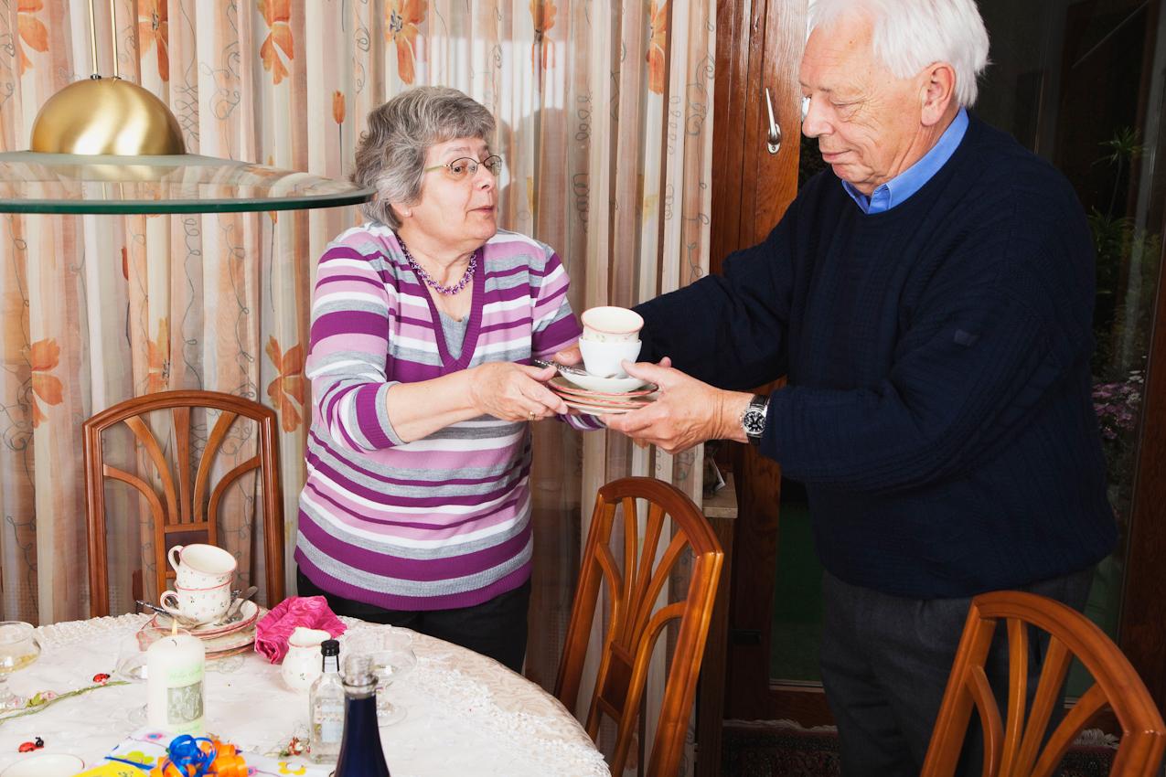 Nach dem Kaffeekränzchen helfen die Freunde und Gäste Inge Wagner (links) und Otto Derscheid (rechts) gerne beim Abräumen der Kaffeetafel.