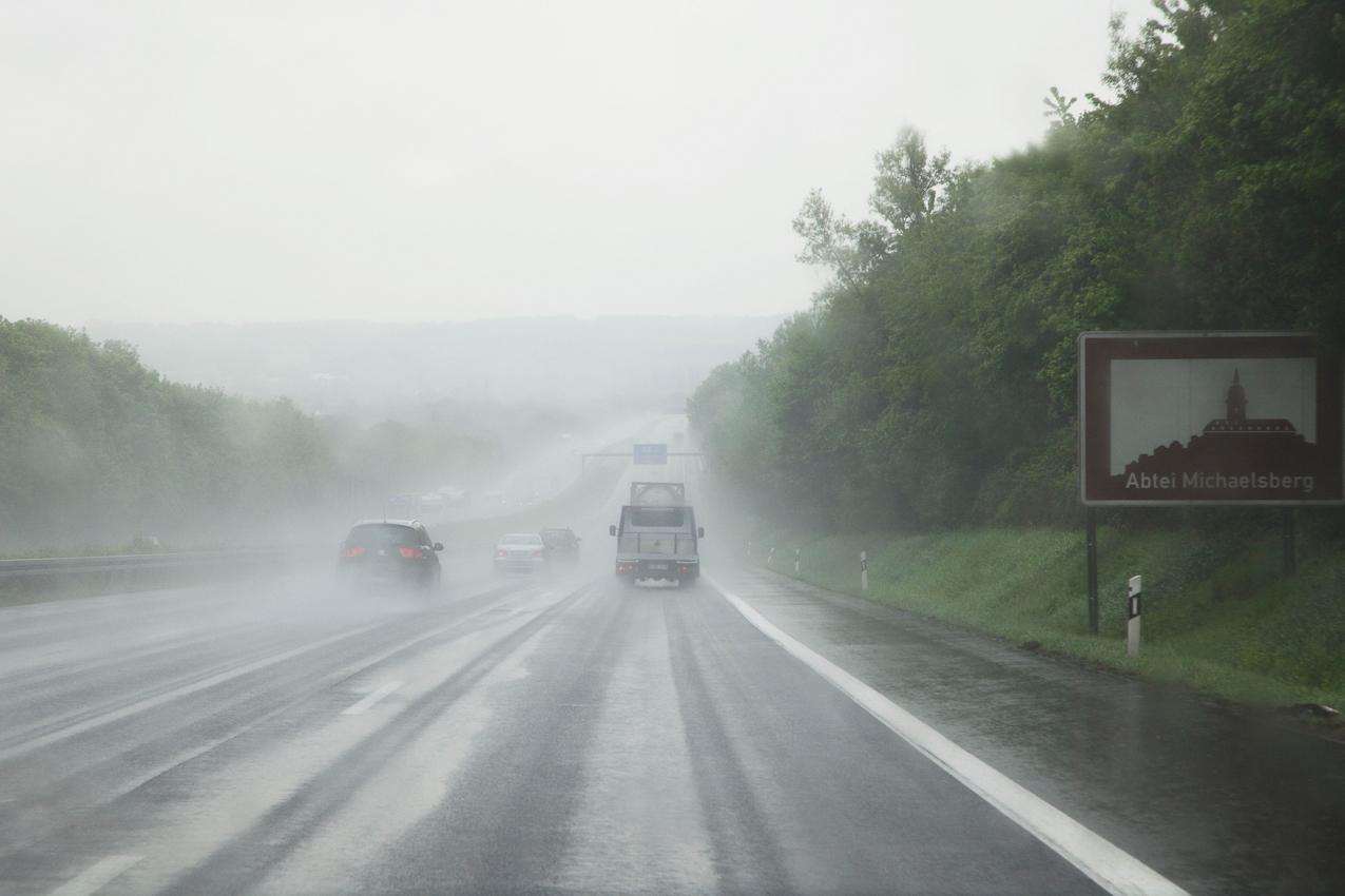Die Autobahnfahrt über die A4 und die A3 war durch starken Regen und schlechte Sicht beeinträchtigt.