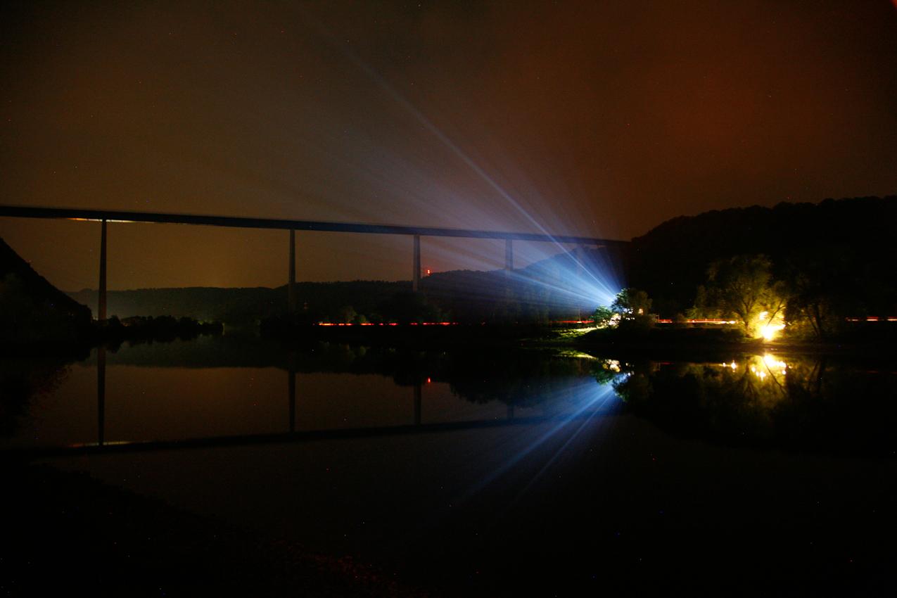 Kurz vor Mittenacht an der Mosel, Blick auf die Autobahnbrücke  Winningen der A 61.