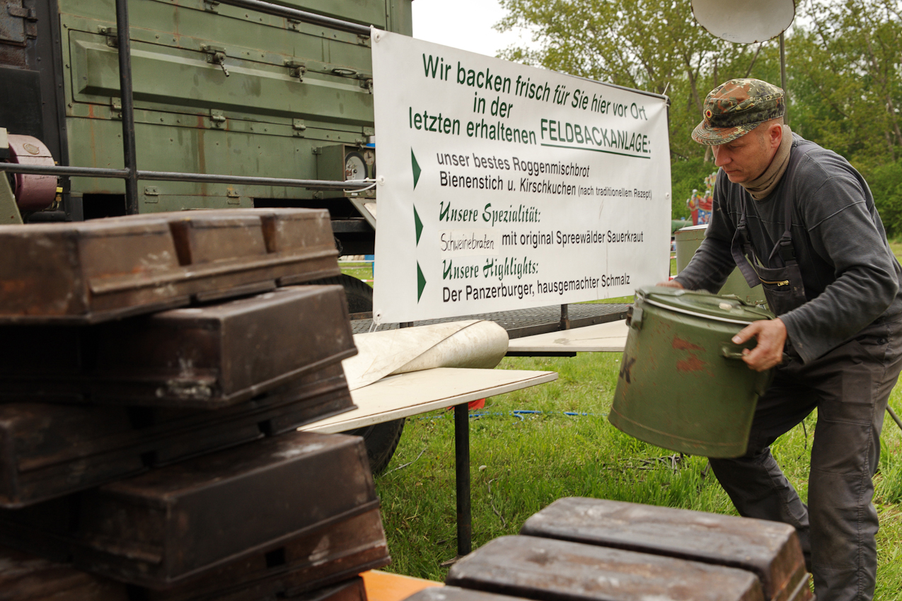 Vorbereitung an der letzten erhaltenen NVA-Feldbackanlage - alles muss an seinem Platz sein, damit am Wochenende kein Hungriger zu lang auf Panzerburger, ofenfrisches Roggenbrot oder Schweinebraten warten muss.