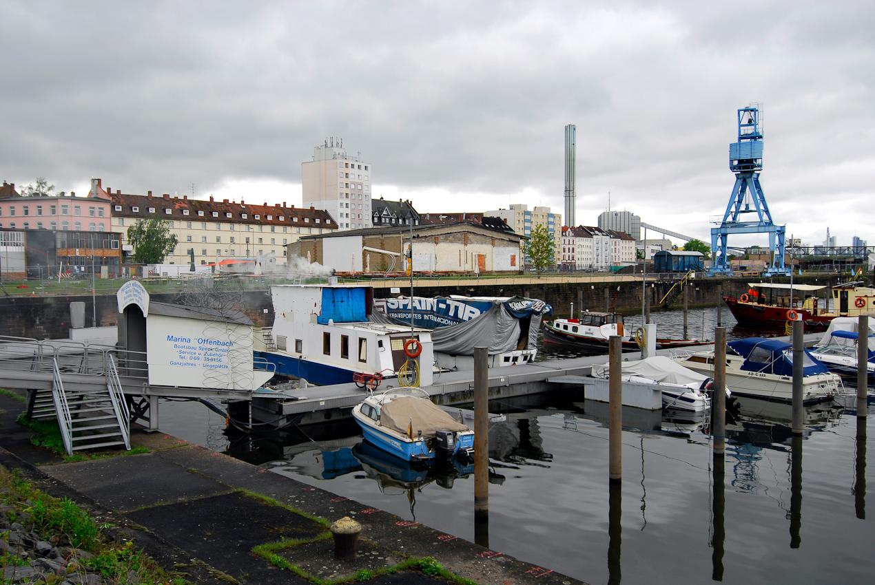 Die Marina liegt inmitten von Abbruchgelände und wartet auf Ihre Auferstehung als zentraler Mittelpunkt des neuen Quartiers.